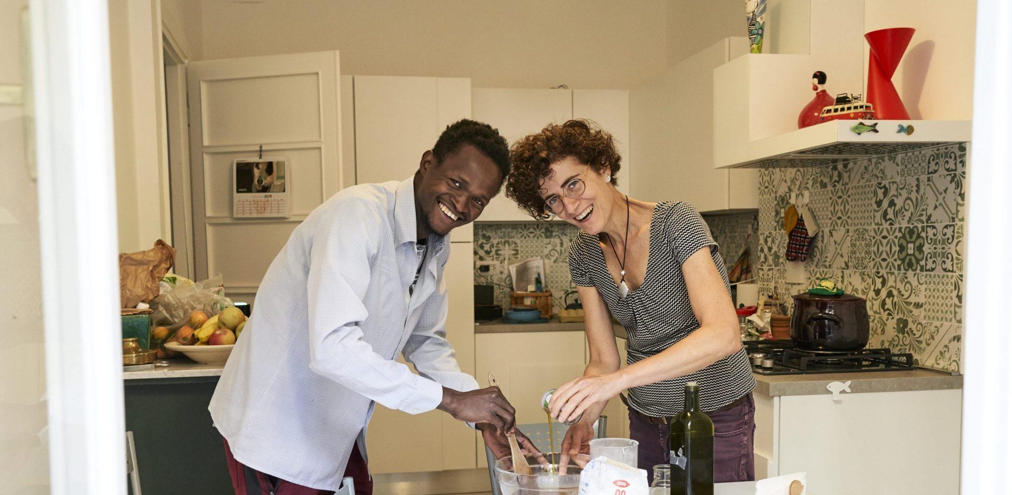 Fra chiacchiere e cucina: la convivenza di Ali e Giovanna.